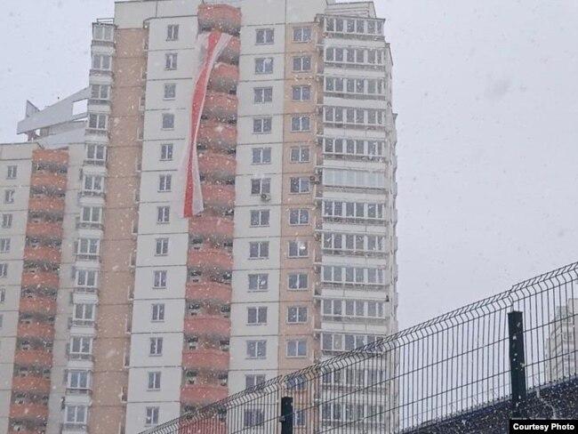Нацыянальны сьцяг на адным са шматпавярховікаў у Менску. 28 лютага.