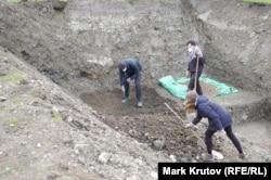 Раскопки на месте одного из бараков для заключенных