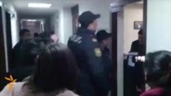 Азэрбайджанская паліцыя канфіскоўвае матэрыялы зь бюро Радыё Свабода ў Баку