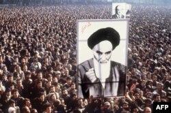 Демонстранты с портретом аятоллы Хомейни.1979 год