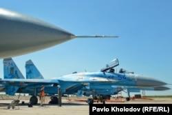 Льотчик 831-ї бригади тактичної авіації поруч із винищувачем Су-27