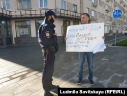 Денис Камалягин на пикете в поддержку СМИ-иноагентов