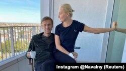 Aleksei Navalnîi cu soția lui, Iulia Navalnaia, la Spitalul Charite în Berlin, 21 septembrie 2020