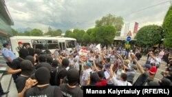 Тіркелмеген Қазақстанның демократиялық партиясының жақтастары мен оларды қоршап тұрған полиция жасағы. Алматы, 6 шілде 2021 жыл.