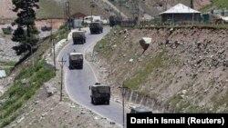 Индийская военная колонна движется по шоссе в Кашмире, 15 июня 2020 года.
