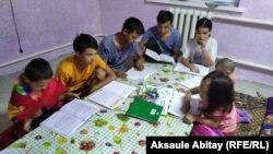 Дети Бейсенкуль Сагынтаевой сидят дома за столом. Тараз, 29 августа 2020 года.
