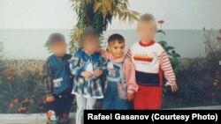 Кішкентай Рафаэль Гасанов (оң жақтан екінші) SOS балалар ауылында тәрбиеленген бүлдіршіндермен бірге тұр.