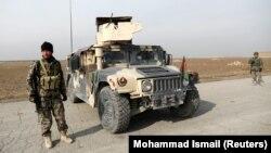 Ауғанстан күштерінің сарбаздары Кабулға кірберіс жол бойында тұр. 18 қараша 2020 жыл.