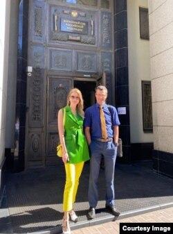 Алексей с коллегой у здания Верховного суда