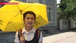 В Таджикистан пришла жара: женщины ходят с зонтами, мужчины бреются налысо