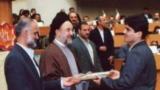 تصویری که مصطفی معین از اهدای جایزه توسط محمد خاتمی به اردشیر حسینپور منتشر کرده است