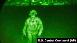 Фотографијата објавена од Министерството за одбрана на САД го покажува генерал-мајор Кристофер Донахју, командант на 82-та воздухопловна дивизија, додека се качува на Ц-17. Тој беше последниот американски војник што го напушти Авганистан со што на 30 август 2021 година заврши американската мисија во Кабул.