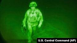 Në këtë fotografi të publikuar nga Komanda Qendrore e SHBA-së, gjeneral major Chris Donahue hip në një aeroplan në Aeroportin Ndërkombëtar Hamid Karzai në Kabul, Afganistan, e hënë, 30 gusht 2021, si anëtari i fundit i shërbimit amerikan që u largua nga Afganistani.