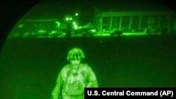 Chris Donahue dandártábornok felszáll egy katonai szállító repülőgépre Kabulban 2021. augusztus 30-án, így ő az utolsó amerikai katona, aki elhagyta Afganisztánt