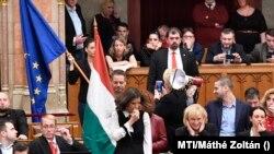 Ellenzéki képviselők tiltakozó akciója az Országgyűlés plenáris ülésén 2018. december 12-én.