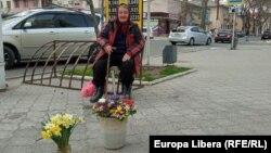 Пенсионерка продает цветы, Тирасполь, 2021