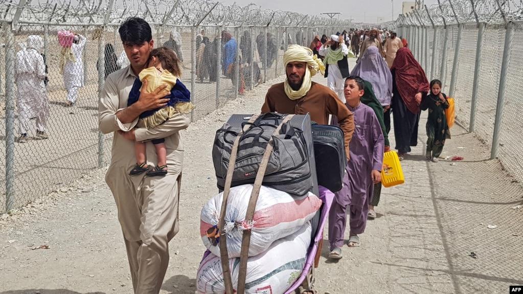 Афганские беженцы на границе с Пакистаном