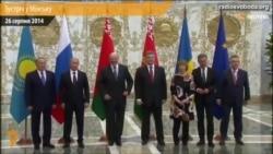 Учасники зустрічі у Мінську позують перед фотографами (відео)