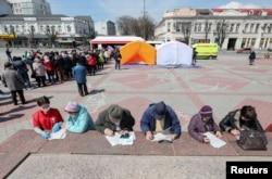 Люди ждут своей очереди на вакцинацию от коронавируса в Симферополе, Россия.