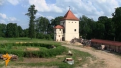 Валянтэры аднаўляюць Любчанскі замак XVI стагодзьдзя