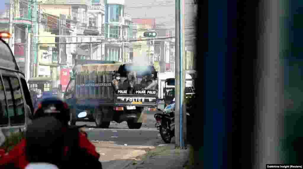 На стоп-кадрі, отриманому з відео в соціальній мережі, поліцейський стріляє з вогнепальної зброї в бік протестувальників в місті Тавой, М'янма, 28 лютого 2021 року