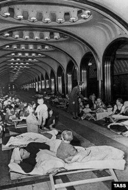 Civilii sovietici în stația de metrou Mayakovskaya, ascunzându-se de atacul german în august 1941.