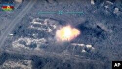 Slika uzeta iz snimka azerbejdžanskog ministarstva odbrane iz 27. septembra, pokazuje azerbejdžanske snage kako uništavaju armenski protuvazdušni sistem na Liniji kontakta