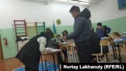 Подсчет голосов на избирательном участке в селе Жалгамыс в Алматинской области. 10 января 2021 года.