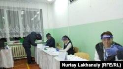 Члены местной избирательной комиссии в день выборов в мажилис и маслихаты. 10 января 2021 года.