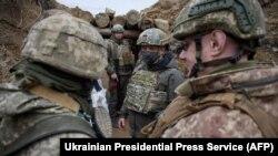 Volodimir Zelenszkij ukrán elnök katonákkal a luhanszki régió térségében, 2021. április 8-án