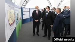 Премьер-министры Узбекистана Абдулла Арипов и Аскар Мамин знакомятся с проектом Международного центра торгово-экономического сотрудничества, 10 апреля 2021 года.