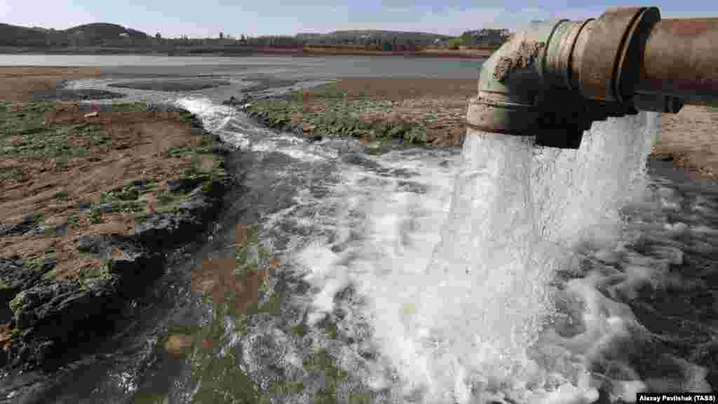 Water from the Taigan Reservoir flows from pipes into the Simferopol Reservoir on October 17.