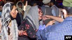 Gratë e plagosura mbërrijnë në një spital për trajtim pas dy shpërthimeve, të cilat vranë disa persona dhe plagosën shumë të tjerë, jashtë aeroportit në Kabul më 26 gusht 2021