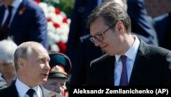 Вучич разговаря с руския президент Владимир Путин преди Парада на победата в Москва, в който участваха и 75 сръбски гвардейци