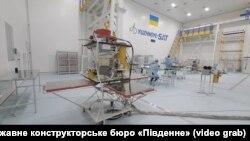 Український супутник дистанційного зондування Землі «Січ-2-30» у цеху для збирання космічних апаратів КБ «Південне»