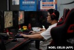 Një person duke luajtur online në Pekin të Kinës më 31 gusht 2021, teksa autoritet njoftuan për kufizimet që do të vendosin ndaj të miturve sa i përket kohës që mund të kalojnë duke luajtur video-lojëra.