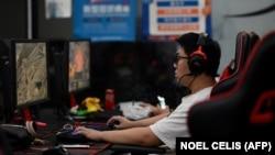 Online játékos egy pekingi boltban 2021. augusztus 31-én, egy nappal azután, hogy Kína drasztikus korlátozásokat jelentett be a gyerekek online játékidejére