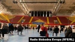 """Новинари и медиумски работници се вакцинираат во Спортскиот центар """"Борис Трајковски"""" во Скопје."""