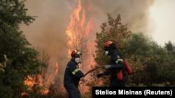 Dy zjarrfikës duke luftuar me zjarret në Greqi.
