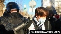 Полицијата во Москва изврши неколку апсења пред градскиот суд во Москва.