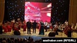 Meşhur türkmen aýdymçysy Maýsa Nyýazowa ýaşlar orkestri we Nury Nuryýew bilen. Aşgabat, maý, 2021.