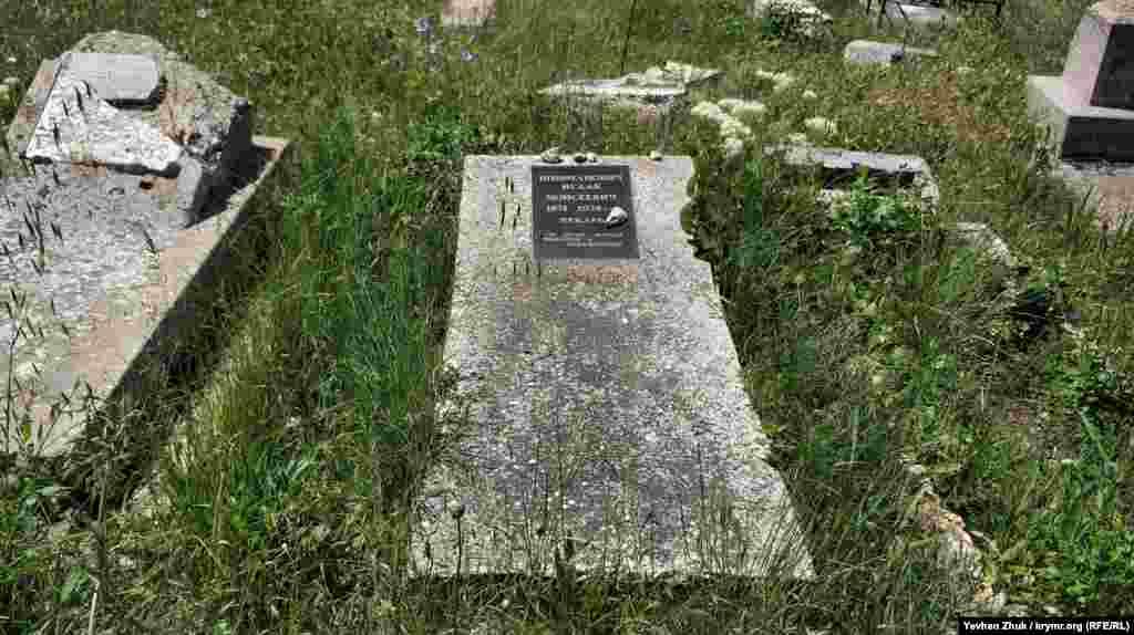 Почти все могилы полностью заброшены, родственников, скорее всего, не сохранилось, или находятся они далеко. Но Крым.Реалии удалось найти могилу, за которой следят – на ней установлена новая табличка.Исаак Моисеевич Шифманович, пекарь по профессии, скончался в 1928 году. На надгробие положены небольшие камешки – это старая иудейская традиция, их кладут при посещении, чтобы почтить память умершего