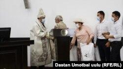 Церемония вступления в должность вновь назначенного полпреда правительства в Ошской области Байыша Юсупова с вручением ему калпака и чапана. 17 августа 2020 г.