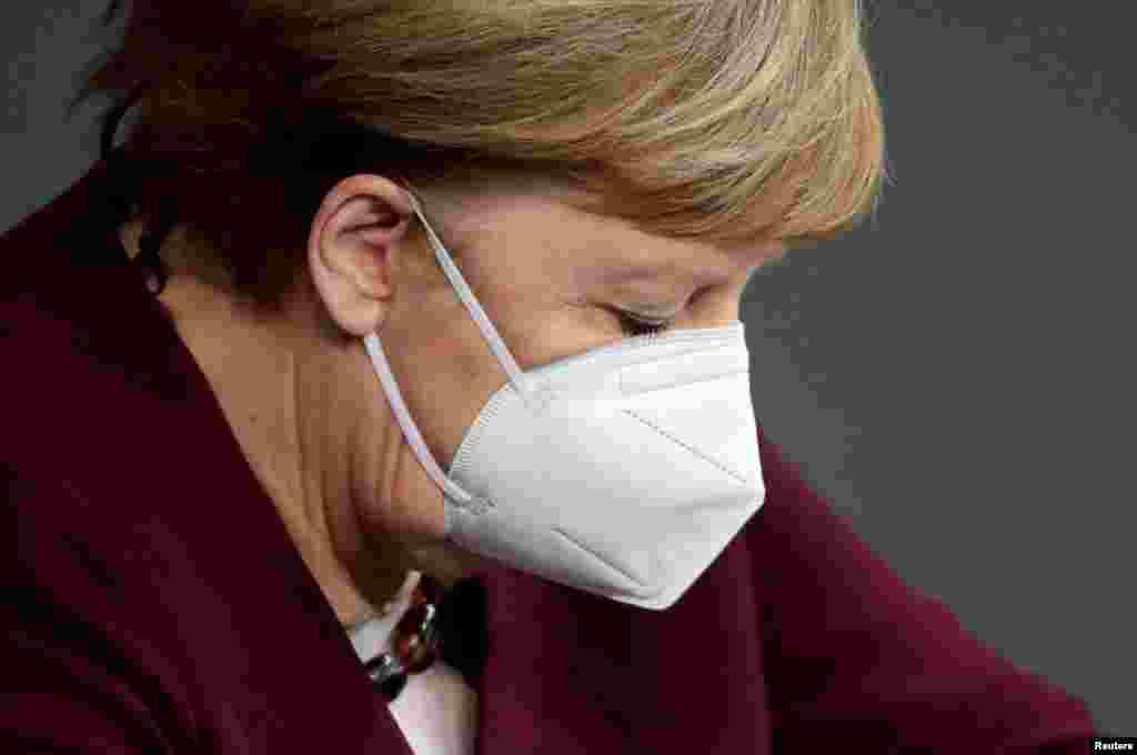 ГЕРМАНИЈА - Германија и другите богати земји можеби треба да им дадат дел од своите вакцини на земјите во развој бидејќи само со вакцинирање на целиот свет ќе заврши пандемијата со коронавирусот, рече денеска германската канцеларка Ангела Меркел. Како што пренесува Ројтерс, зборувајќи на видео конференцијата на лидерите на Групата 7 најразвиени земји таа рече и дека не дискутирале за специфичен процент од нивниот фонд на вакцини кои би ги дале на посиромашните земји.