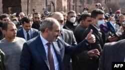 Никол Пашинян среди своих сторонников. Ереван, 25 февраля 2021 года