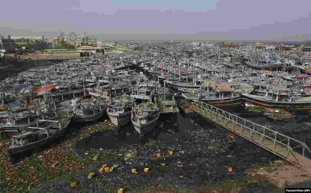 Рыбацкие лодки стоят на якоре в гавани после того, как власти отозвали их из моря из-за циклона Тауктае в Карачи, Пакистан