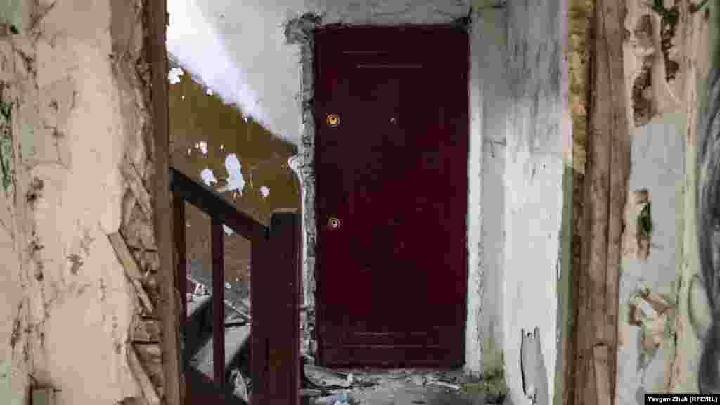 У будинку залишилася недоторканою одна квартира, там досі цілі вікна і вхідні двері