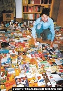 Filip Andronik sa svojom kolekcijom u opkoljenom Sarajevu 1994. kako ga je fotografisala njemačka novinarka Ursula Meissner