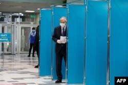 Президент Казахстана Касым-Жомарт Токаев голосует на парламентских выборах Казахстана в Нур-Султане 10 января 2021 года.