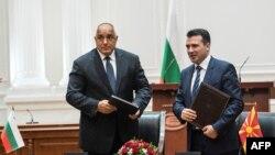 Kryeministri i atëhershëm i Bullgarisë, Boyko Borisov dhe kryeministri i Maqedonisë së Veriut, Zoran Zaev gjatë ceremonisë së nënshkrimit të Marrëveshjes për fqinjësi të mirë. 1 gusht 2017.